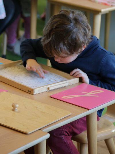 jongen leert schrijven